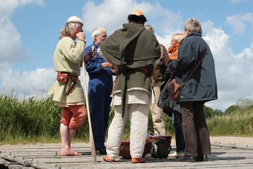 Museumsleiterin Ute Drews, Geschäftsführer Museumswerft Flensburg, Uwe Kurzner, Reinhard Erichsen und Wulf Freese im Gespräch auf der Landebrücke in Haithabu - Museumsfreifläche Wikinger Museum Haithabu WHH 27-05-2009