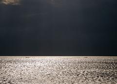 Extrañar (Federico Alberto) Tags: sunset sea blackandwhite bw mer seascape reflection byn blancoynegro water clouds landscape boats atardecer bay botes mar agua eau do shine noiretblanc cloudy dominicanrepublic paisaje olympus bateaux bn nubes reflejo nublado rays puestadesol e3 nophotoshop nuages paysage crépuscule bnw raysofsun saman rayons brillo crepúsculo rayos baie rayosdesol bahía samana coucherdusoleil repúblicadominicana nuageaux samaná brillance republiquedominicaine nohdr rayonsdusoleil paisajemarino paysagemarin 1260mm olympuse3 zd1260mmswd fotosdominicanas20072010 dominicanphotographs20072010 photographiesdominicaines20072010