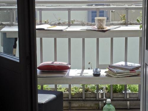 gestapelte Balkonbänkli