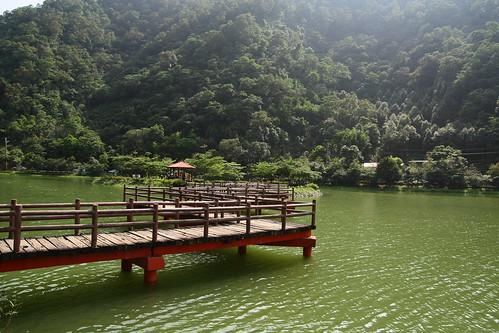 宜蘭員山望龍碑10_有一座九曲橋可以通往中間的涼亭_2011.06.05
