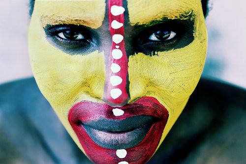 African facial painting por Punto y Raya Festival.