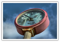 time is running (Lars Kehrel) Tags: old red rot clock glass station k train time pentax d alt bahnhof lars bust 200 heidelberg destroyed glas hdr hdri uhr kaputt bahnhofsuhr bahnstadt 200d k200 gesprungen gesprungenes k200d kehrel banhofs