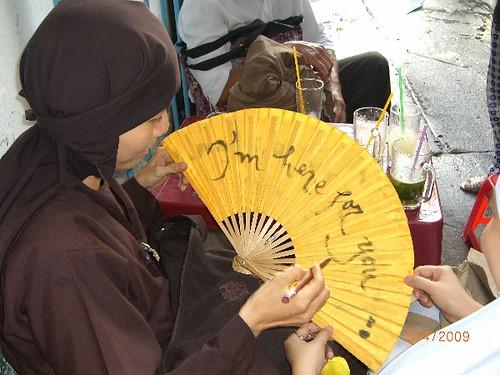 Nico Phuong dang viet thu Pháp by you.