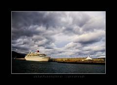 Somnolencia (Alejandro Zeren Homs) Tags: muelle mar barco nubes santacruzdetenerife trasatlantico drsena vosplusbellesphotos atomicaward alejandrozerenhoms
