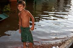 Menino na trisidela (vandevoern) Tags: water rio gua brasil river wasser fluss norte maranho nordeste inundation enchente ueberschwemmung bacabal mearim vandevoern trisidela