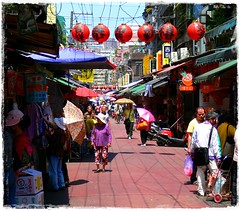 (Danburg Murmur) Tags: geotagged awning market taiwan wires pedestrians taipei lantern   umbrellas shoppers cardboardbox chineselanterns tonghuanightmarket  geo:lat=25029424 geo:lon=121557236