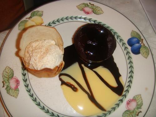 Bomba de chocolate con su crujiente de helado