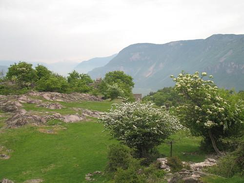 Die Hügel von Castelfeder erlauben einen Blick nach Norden bis nach Bozen und die Sarntaler Berge dahinter