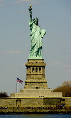 La Llibertat illuminant el Mn / Liberty enlighting the World (SBA73) Tags: nyc usa ny newyork statue lady port liberty libertad freedom unitedstates harbour free landmark icon libert hudsonriver hudson statueofliberty estatua iconic soe libertyisland estadosunidos frei nuevayork ladyliberty novayork llibertat estuario libertas estatsunits aplusphoto estuari