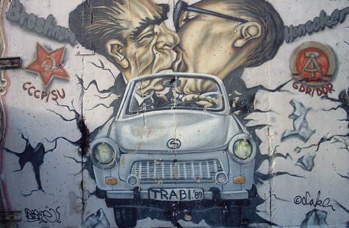 Trabant dibujado en el Muro de Berlín, East Side Gallery