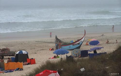 O pequeno barco de pesca na areia é o testemunho de esta actividade, sempre viva