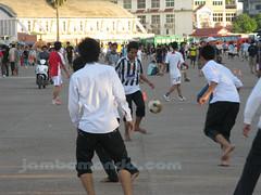 chicos jugando futbol junto al National Olympic Stadium en Phnom Penh, Camboya