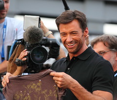 Fan gives Hugh Jackman a t-shirt (gbrummett) Tags: hugh jackman world premiere xmen origins wolverine with canon 5d mark ii camera 100400 is l lens logan twentieth century fox harkins tempe marketplace az x men women interview star hughjackman canonef100400mmf4556lisusmzoomlens canoneos5dmarkiicamera
