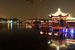 Hou Hai Lake, Beijing (Mr. FRANTaStiK) Tags: china longexposure lake bar reflections lights restaurant pagoda cityscape nightscape nightshot beijing houhai peking travelphoto fongetz francistan nikond700 2470mmnikkor