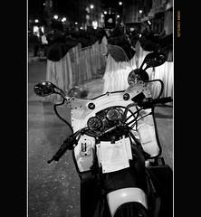 Autorretrato policaco-semanasantero en el retrovisor de una moto (Chema Concellon) Tags: blackandwhite espaa blancoynegro banda spain europa europe valladolid moto ritual autorretrato 2008 msica semanasanta retrovisor tradicin castilla celebracin penitentes procesin rito castillaylen religin polica cofrades programacin devocin cofrada vacrucis viernesdedolores chemaconcelln preciossimasangre