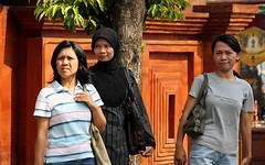 Jakarta streets (Mangiwau) Tags: street girls people streets girl female asian shots hijab images busy jakarta raya jalan scenes indonesian cantik cewek