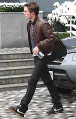 Robert Pattinson in Vancouver _07 (Club Crepusculo) Tags: snow canada vancouver messengerbag robertpattinson nikeshoes nikesneakers blackjeans brownleatherjacket fijiwaterbottle