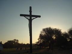 Campo de la Gloria - San Lorenzo (-.Juampi.-) Tags: contraluz atardecer cruz rosario sanlorenzo cristo jpgcom campodelagloria