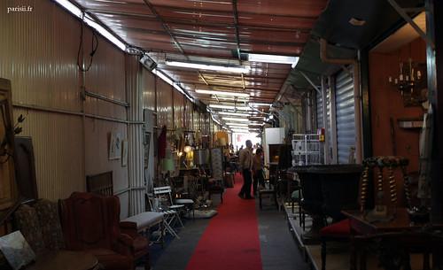 Le tapis rouge dans cette allée couverte de tôle, on voit que cest le grand luxe au marché Biron