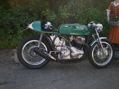 Norton Cafe-Racer (Fijgje [ Everything works so slowly ]) Tags: norton motorcycle motor caferacer helm brittish nortoncommando helmetinstyle