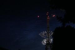 Fireworks at the Eiffel Tower - Bastille Day (Juan et Ya) Tags: paris france ledefrance toureiffel champdemars francia 14juillet feudartifice franceparis14juilletchampdemarstoureiffelledefrance