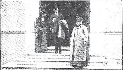 Los Príncipes de Connaught y la Infanta Isabel salen del Hotel Castilla de Toledo en 1913. Foto Rodríguez