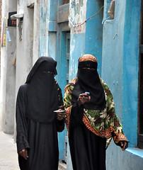 Communicating (sambukot) Tags: africa travel donna nikon women veil kenya muslim hijab safari lamu niqab viaggio velo swahili musulmana musulmani kenyacoast safarikenya swahiliwomen costaafricana costakenya sambukot