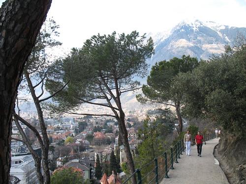 Der Tappeinerweg direkt über den Dächern der Altstadt in Richtung Algund