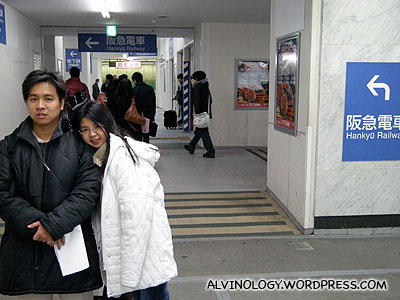 Count the number of signboards pointing to the Hankyu line!