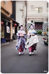 geisha, kyoto, 2009 (momofuku ando) Tags: japan geotagged kyoto maiko geisha fujiprovia400f takamari geo:lon=135775733 nikond3 takahina nikon2470f28 geo:lat=35002491
