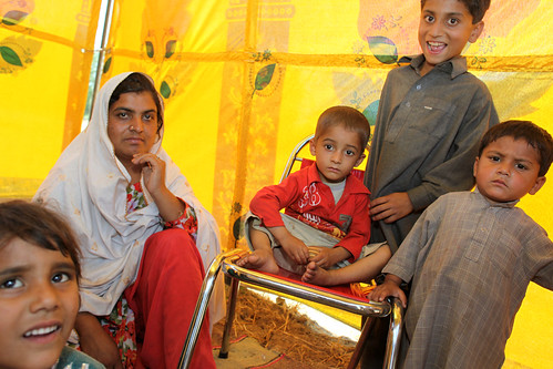 UNHCR News Story: Generous Pakistani civilians donate food, other aid and cash to displaced