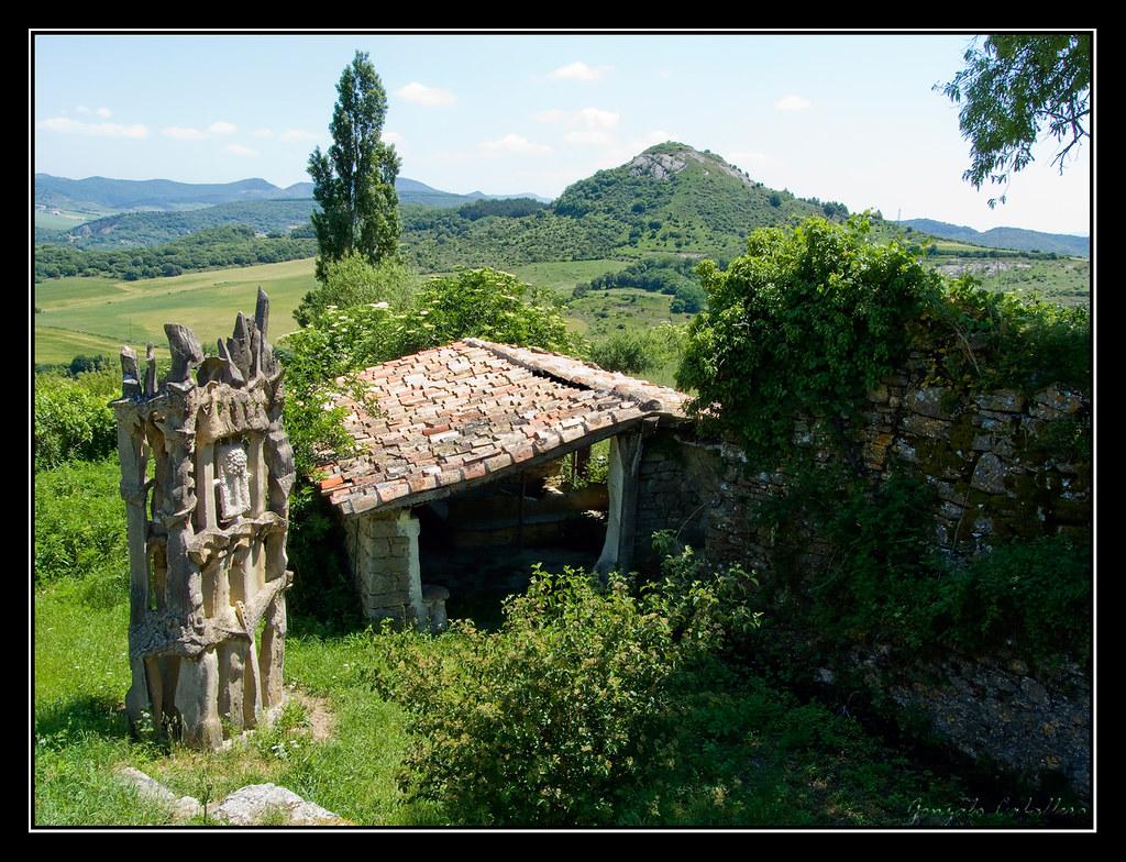 Lavadero con moderna escultura en Saldise (Navarra)