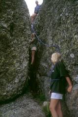 Montée à la Paglia Orba par les cheminées de Foggiale : Cécile escalade devant Claire, assurée par Philippe