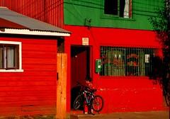 El niño y su bici... (caminanteK) Tags: chile mer color mar rojo niño coucherdesoleil océan araucania bibicleta imperialnuevaimperial caminandoporchile