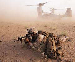 [フリー画像] 社会・環境, 戦争・軍隊, 乗り物, 航空機, 兵士, V-22 オスプレイ, アフガニスタン, アメリカ海兵隊, 201105252300