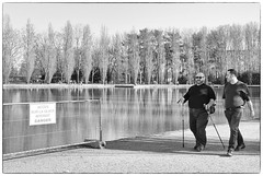 DSCF9487 (sergedignazio) Tags: street france photography blackwhite frankreich noir photographie nb antony rue francia parc blanc marcheur homme reportage sceaux  vif humain  humaniste  x100s