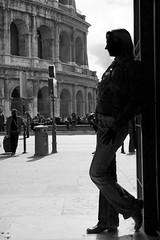 L'attesa (F-V-R) Tags: bw roma silhouette blackwhite bn bianconero fvr colosseo attesa fotoascoltando fabiovalerioromano xelisabetta settimana122009romamor fotoleggendo2010romamor
