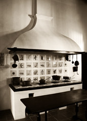 (Claryana) Tags: old kitchen table cocina pots stove duotone antiques mesa estufa pans antiguedades duotono challengeyouwinner