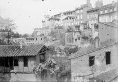 Le foss, Albi, 28 avril 1895 (bibliothequedetoulouse) Tags: village oldbuilding tileroof bibliothquedetoulouse towerinbackground