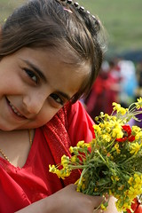 Drn (kezwan) Tags: red flower cute girl spring blomma kurdistan vr kurd rd flicka st blueribbonwinner kezwan 1on1people drn