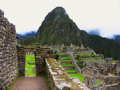 Peru - Machu Picchu - Blick zurck (roba66) Tags: mountains peru inka berge machupicchu ruinen inkas huaynapicchu mauern rosepetal antik sdamerika ruinenstadt perumachupicchu stadtindenwolken atomicaward worldtrekkerflickrunitedawarddragonsdanger