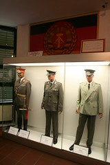 Panzermuseum Munster - Saal der Sammlungen - DDR NVA Uniformen (yetdark) Tags: museum deutschland major military collection ddr uniforms gdr weapons munster tankmuseum ausstellung oberst panzermuseum eastgermany lneburgerheide militr nva germandemocraticrepublic niedersachsen sammlung waffen uniformen deutschedemokratischerepublik eastgermanarmy militrmuseum nationalevolksarmee generalmajor tamron1024mm nationalpeoplesarmy landkreissoltaufallingbostel saaldersammlungen deutschespanzermuseummunster dienstflaggedernva germantankmuseum