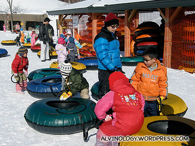 Lots of kids queuing for sledding