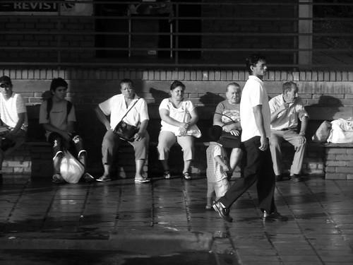 Gente in attesa in uno dei terminal sulla strada che da Buenos Aires porta a Puert Iguazù
