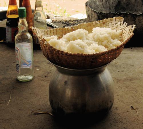 אורז דביק בסלסלת אידוי קלועה