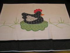 Pano de prato galinha no ninho (by doris) Tags: flores hellokitty artesanato gatos borboleta tulipas patchwork mo pipa lavabo bordado galinhas pontocruz croch patchcolagem panodeprato toalhademo toalhadelavabo aplique aplique camisetacorao