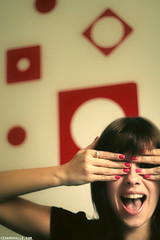Espia aqui (Csar Ovalle) Tags: brazil woman girl smile hands funny saopaulo sp spy menina mo careta cesinha espi csarovalle fonzefotografia