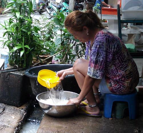 נגו שוטפת את האורז הדביק