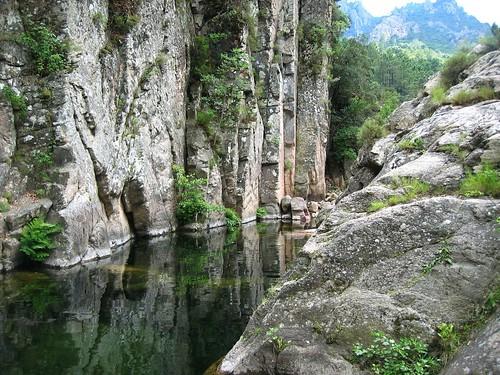 Dans la descente du sentier de l'Osu : vasque de la prise d'eau de l'Osu