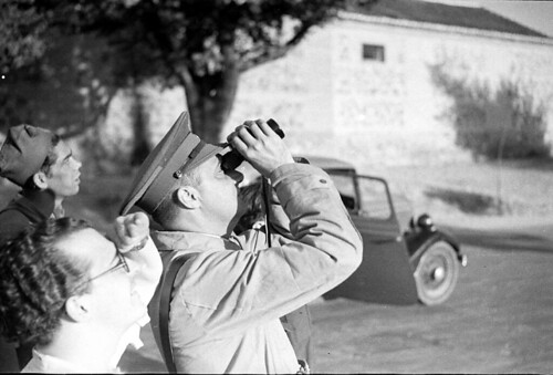 Soladados republicanos observan el vuelo de aviones enemigos sobre Toledo. Fondo del Estudio Fotográfico Alfonso. Archivo General de la Administración. Ministerio de Cultura